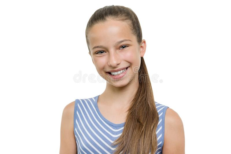Ritratto di bella giovane ragazza sorridente felice Bambino con il sorriso bianco perfetto, isolato su fondo bianco fotografia stock libera da diritti