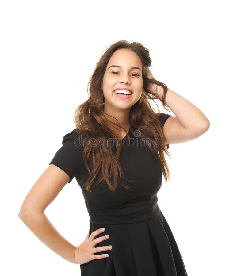 Ritratto di bella giovane signora che sorride con la mano in capelli fotografie stock libere da diritti