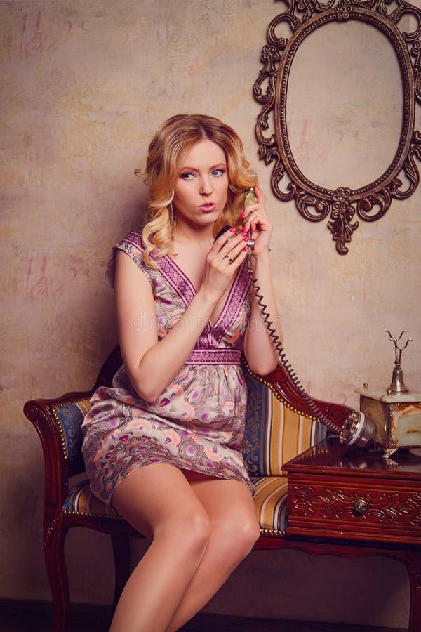 Ritratto di bella giovane signora sensuale con il telefono alla moda fotografie stock libere da diritti