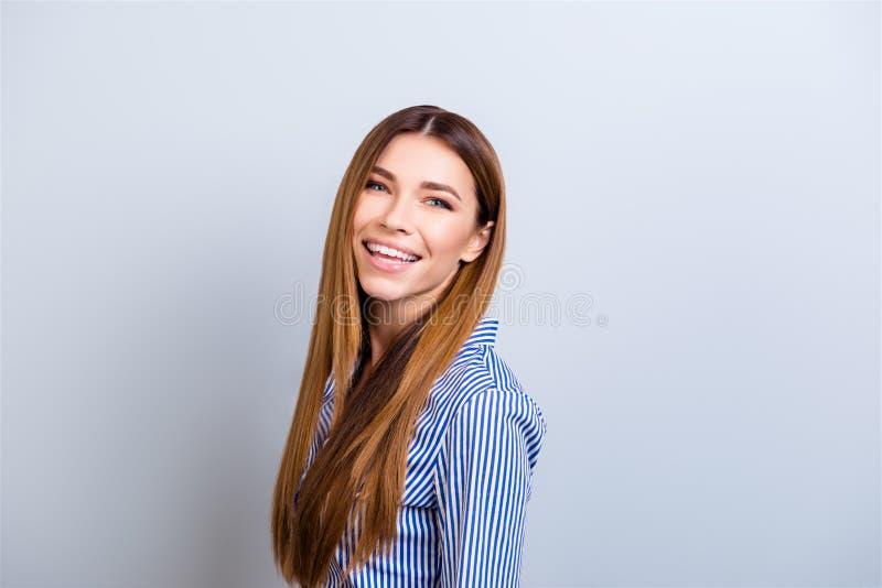 Ritratto di bella giovane signora sorridente di affari nell'usura convenzionale fotografia stock libera da diritti