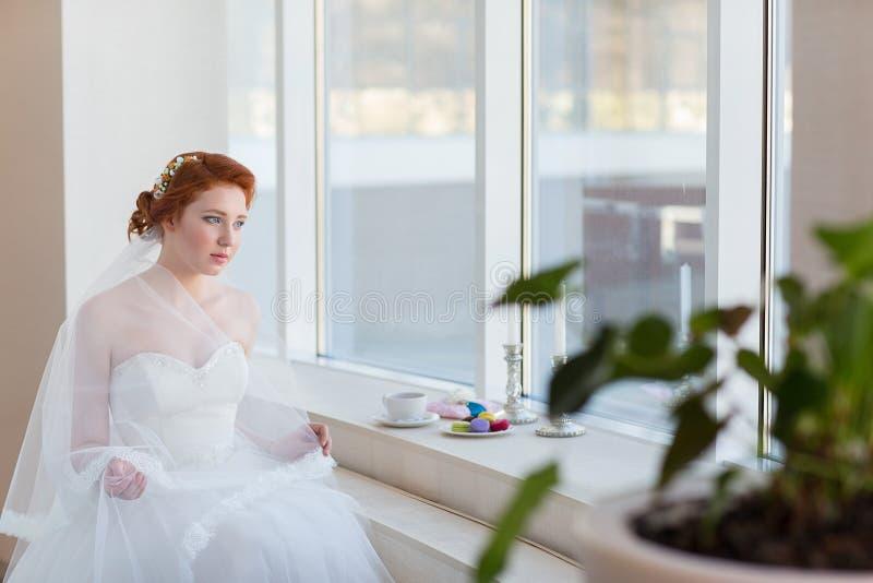 Ritratto di bella giovane sposa dai capelli rossi immagini stock