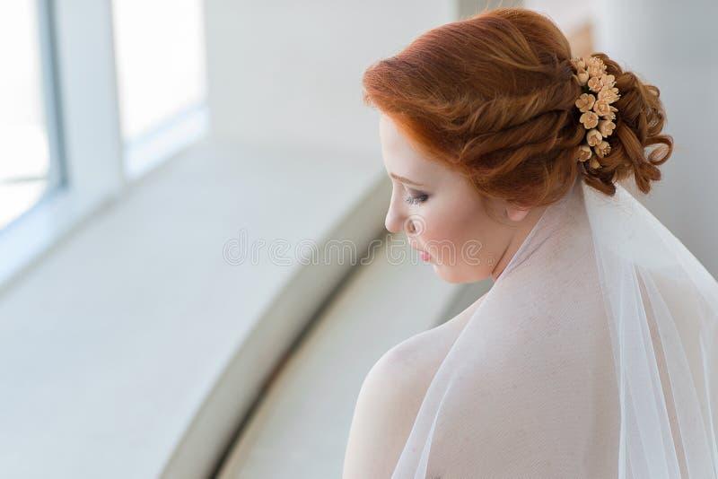 Ritratto di bella giovane sposa dai capelli rossi fotografia stock