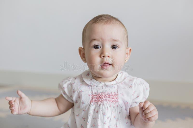 ritratto di bella neonata a casa Concetto 'nucleo familiare' all'interno Giorno e stile di vita immagini stock