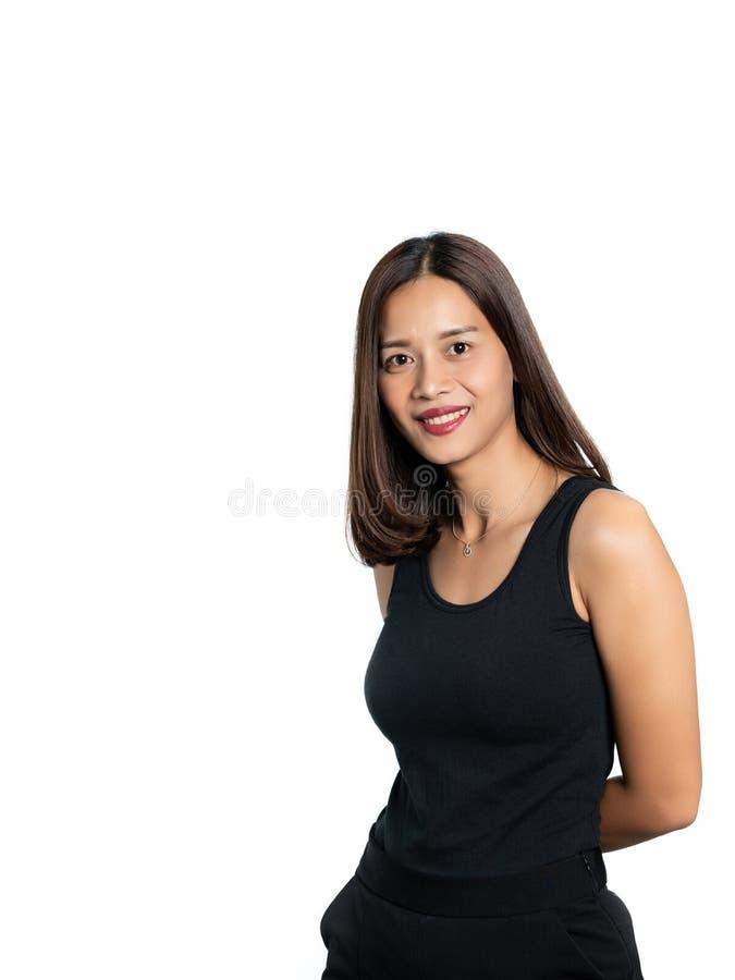 Ritratto di bella pelle asiatica della donna abbronzata in dres neri fotografia stock