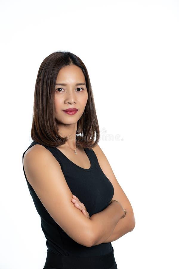 Ritratto di bella pelle asiatica della donna abbronzata in dres neri fotografia stock libera da diritti