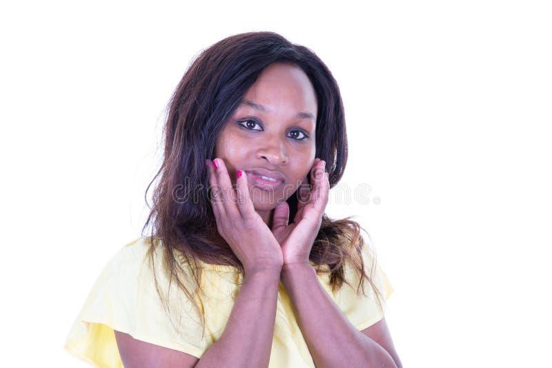 Ritratto di bella ragazza africana serena sopra bellezza americana del fondo bianco dello studio con capelli lunghi fotografie stock