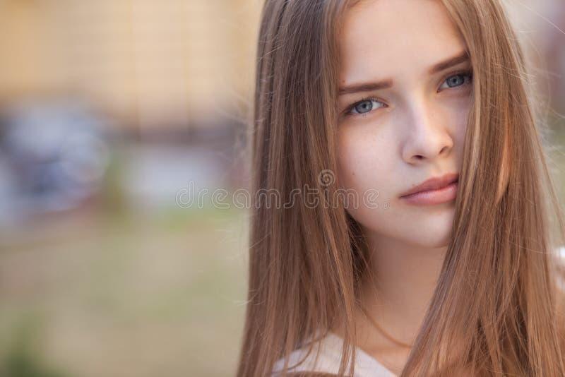 Ritratto di bella ragazza all'aperto fotografie stock