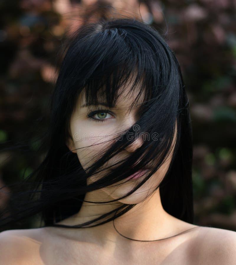 Ritratto di bella ragazza all'aperto il giorno di molla ventoso fotografia stock