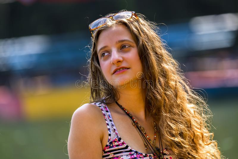 Ritratto di bella ragazza bionda con capelli dorati fotografie stock libere da diritti