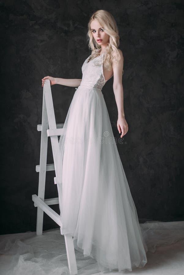 Ritratto di bella ragazza bionda nell'immagine della sposa Fronte di bellezza La foto ha sparato nello studio su un fondo grigio immagine stock libera da diritti