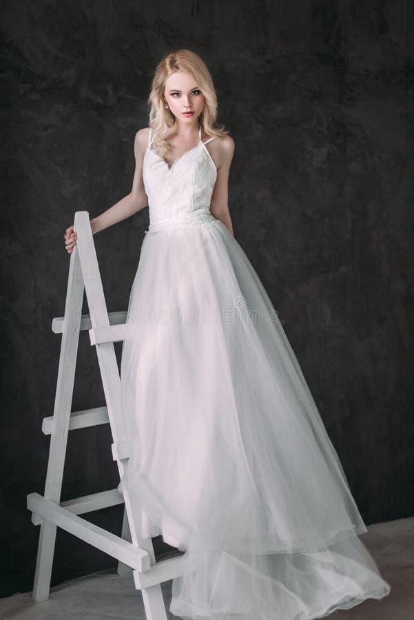 Ritratto di bella ragazza bionda nell'immagine della sposa Fronte di bellezza La foto ha sparato nello studio su un fondo grigio immagine stock