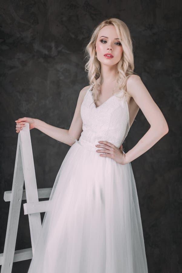 Ritratto di bella ragazza bionda nell'immagine della sposa Fronte di bellezza La foto ha sparato nello studio su un fondo grigio immagini stock libere da diritti