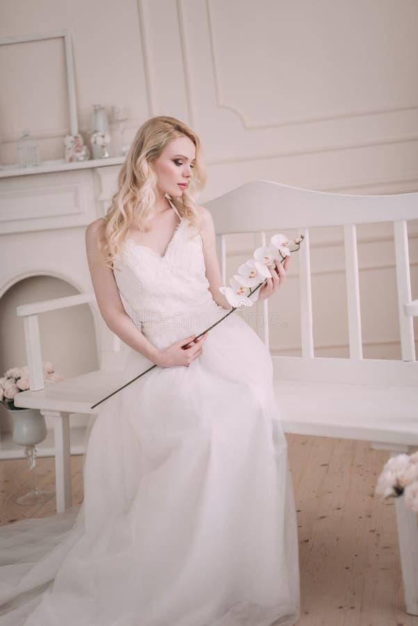 Ritratto di bella ragazza bionda nell'immagine della sposa Fronte di bellezza La foto ha sparato nello studio su un fondo leggero fotografie stock