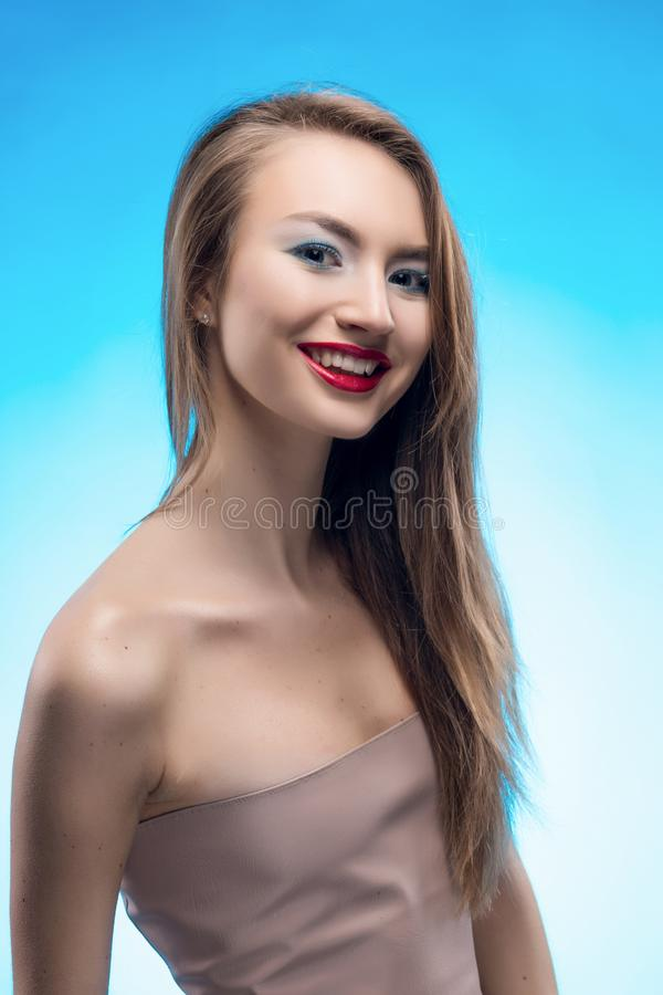 Ritratto di bella ragazza bionda sorridente con le labbra rosse e fotografia stock
