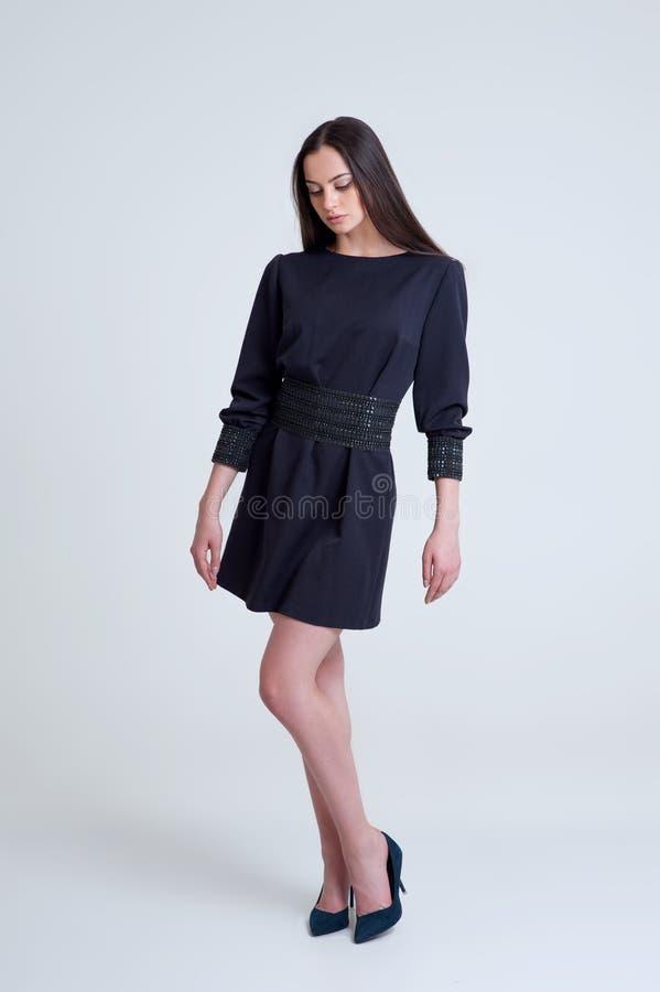 Ritratto di bella ragazza castana in breve vestito blu immagine stock libera da diritti
