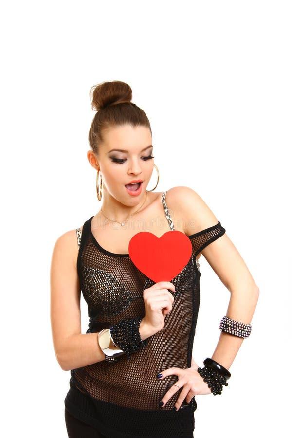 Ritratto di bella ragazza castana che giudica un cuore rosso isolato fotografia stock libera da diritti