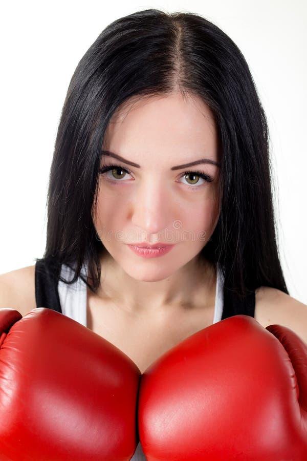 Ritratto di bella ragazza castana in guantoni da pugile rossi fotografia stock