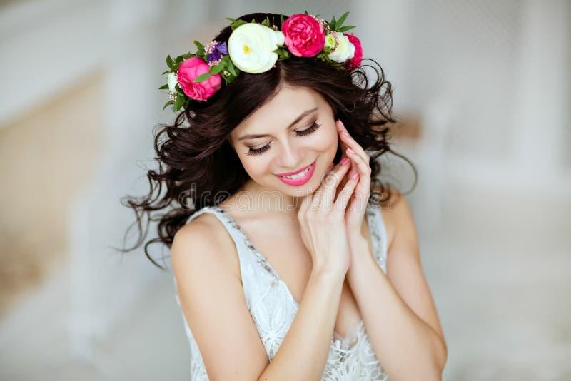 Ritratto di bella ragazza castana sensuale con una corona della f fotografie stock
