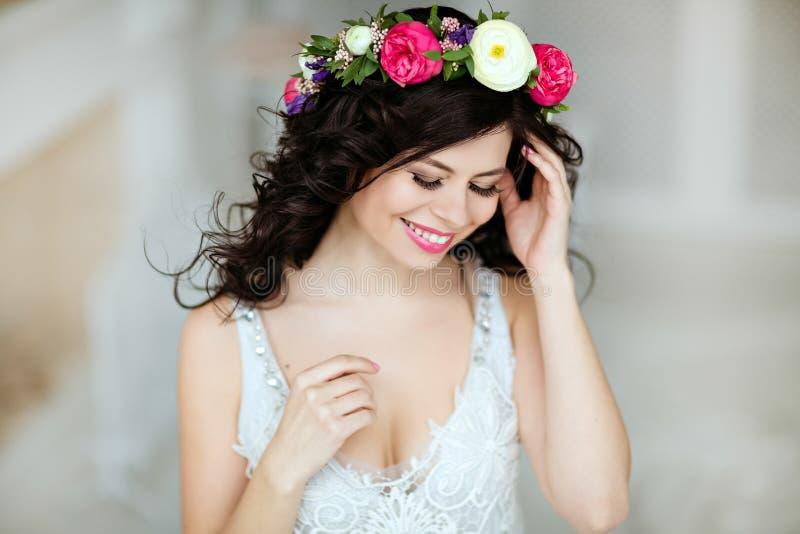 Ritratto di bella ragazza castana sensuale con una corona della f immagini stock libere da diritti