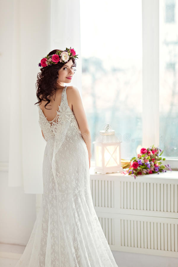 Ritratto di bella ragazza castana in uno spirito a rete bianco del vestito immagine stock libera da diritti