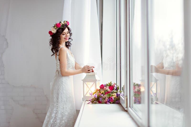 Ritratto di bella ragazza castana in uno spirito a rete bianco del vestito immagini stock libere da diritti
