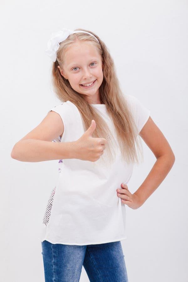 Ritratto di bella ragazza che mostra i pollici su sopra fotografie stock