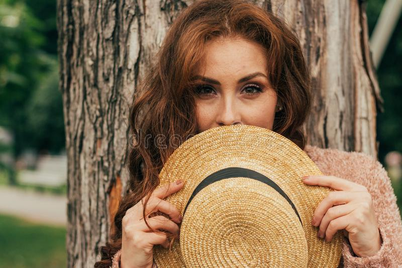 Ritratto di bella ragazza che sta vicino ad un albero estate, passeggiata in natura, ragazza dai capelli rossi in un vestito d'an fotografie stock libere da diritti