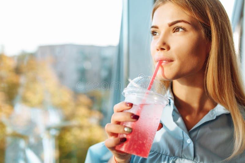 Ritratto di bella ragazza che sta vicino alla finestra nel roo immagine stock libera da diritti