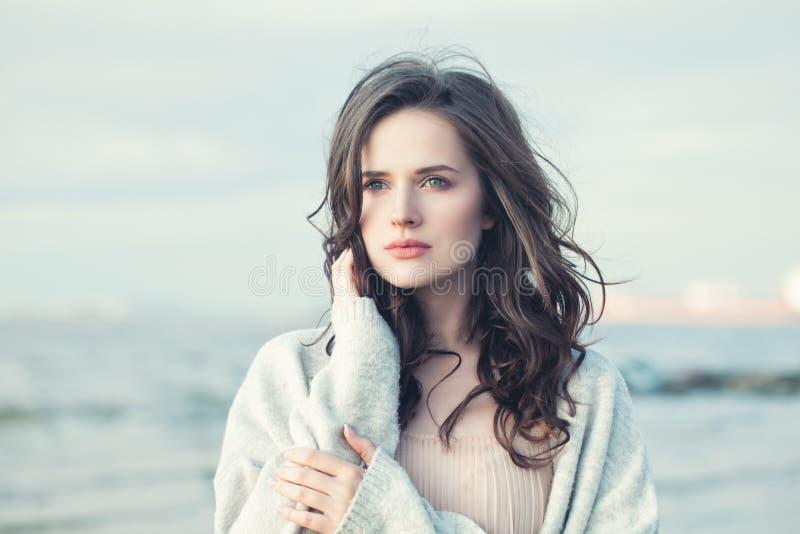 Ritratto di bella ragazza con capelli ricci su Windy Day fredda immagini stock libere da diritti