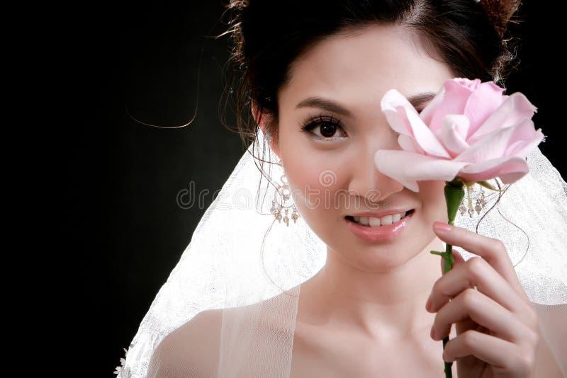 Ritratto di bella ragazza con il fiore sul suo fronte fotografia stock libera da diritti