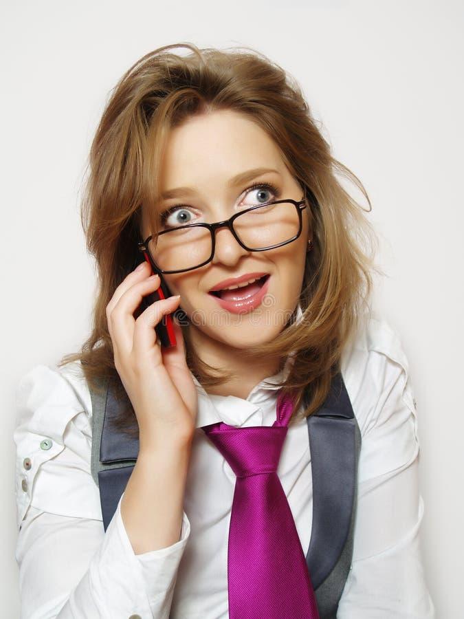 Ritratto di bella ragazza con il telefono fotografia stock