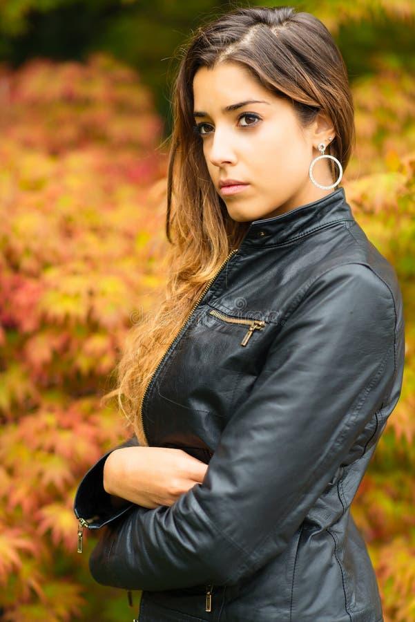 Ritratto di bella ragazza con un fondo della prateria di autunno immagini stock libere da diritti
