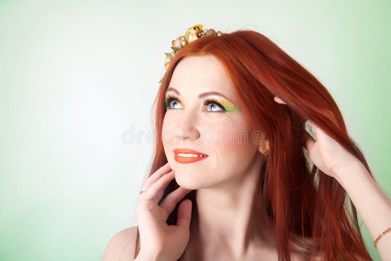 Ritratto di bella ragazza dai capelli rossi con i fiori in capelli fotografia stock