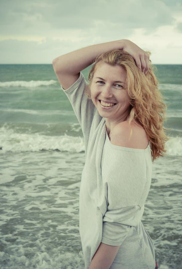 Ritratto di bella ragazza dai capelli rossi di risata sopra fotografie stock