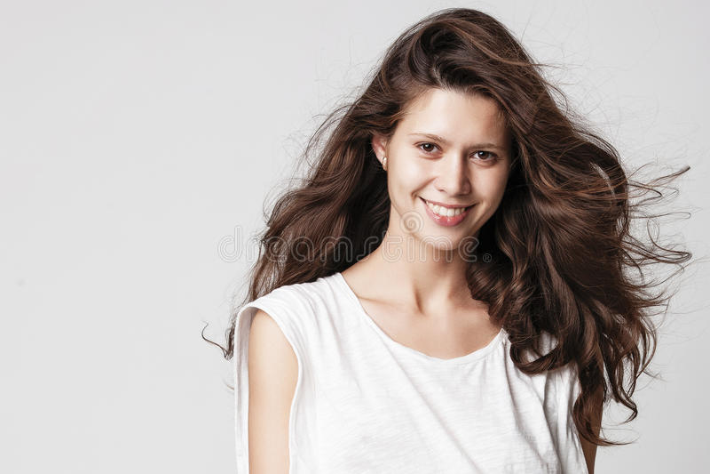Ritratto di bella ragazza del brunette fotografia stock libera da diritti