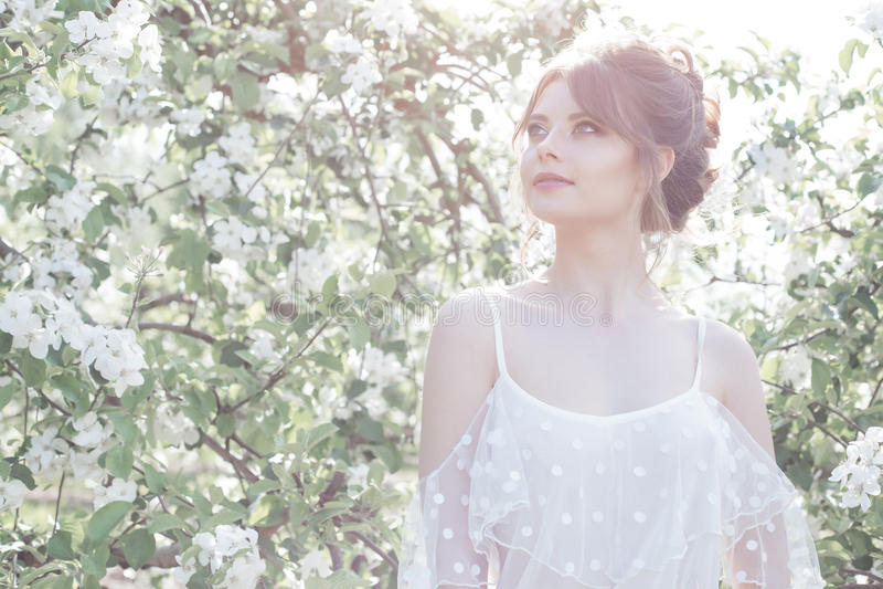 Ritratto di bella ragazza felice delicata dolce in un vestito beige con una bella acconciatura di trucco del boudoir, foto che el fotografie stock