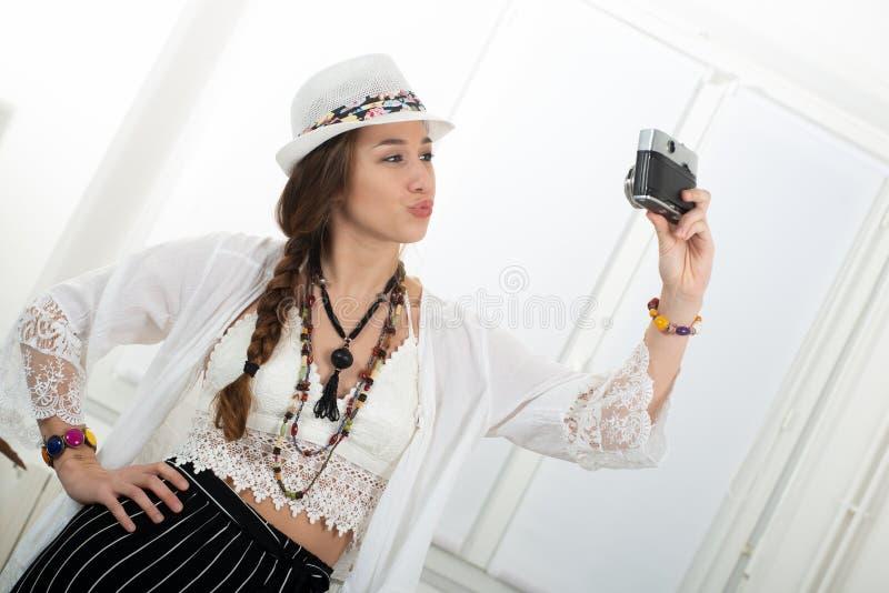 Ritratto di bella ragazza di hippy che fa un selfie con la macchina fotografica antica immagini stock libere da diritti