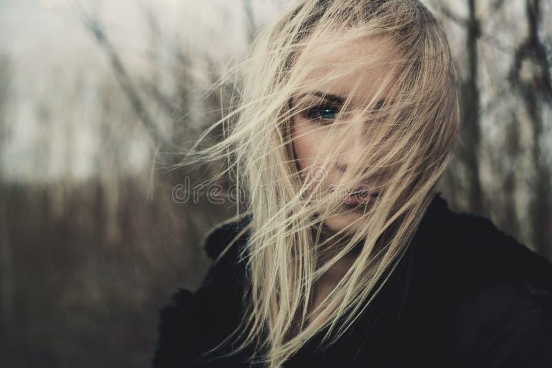 Ritratto di bella ragazza il giorno ventoso immagini stock