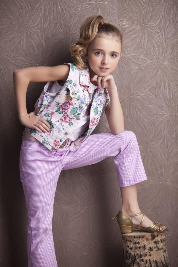 Ritratto di bella ragazza in maglietta e pantaloni fotografia stock libera da diritti