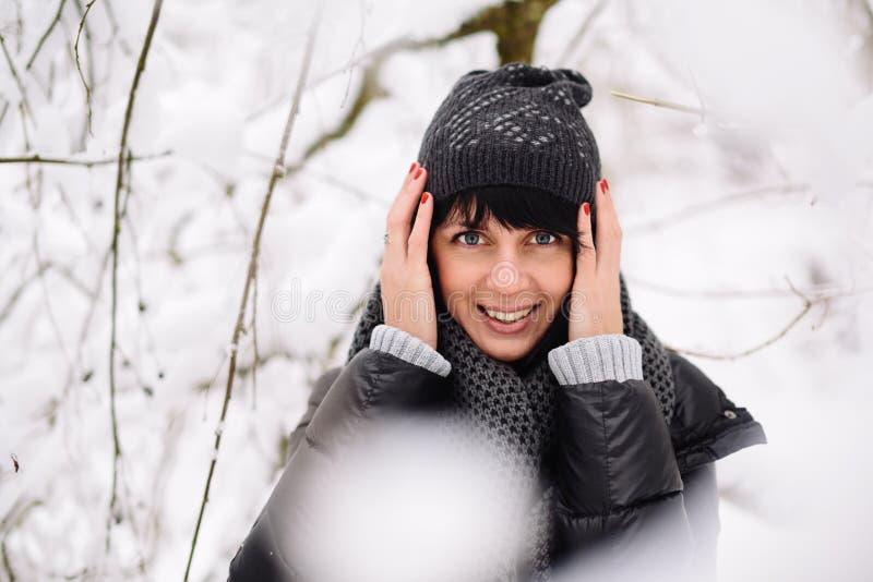 Ritratto di bella ragazza nella foresta di inverno immagini stock