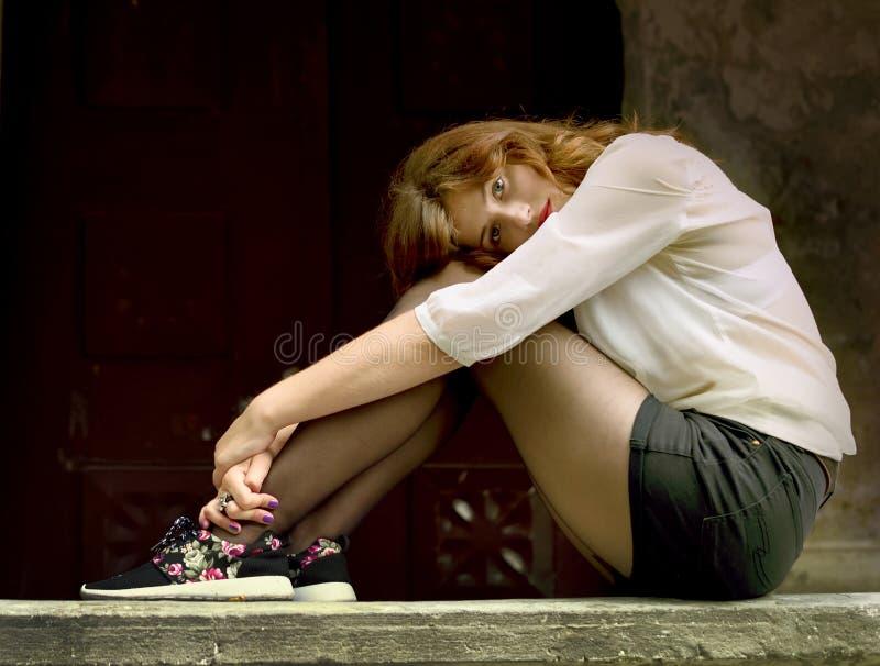 Ritratto di bella ragazza nella solitudine gotica di stile, fotografie stock