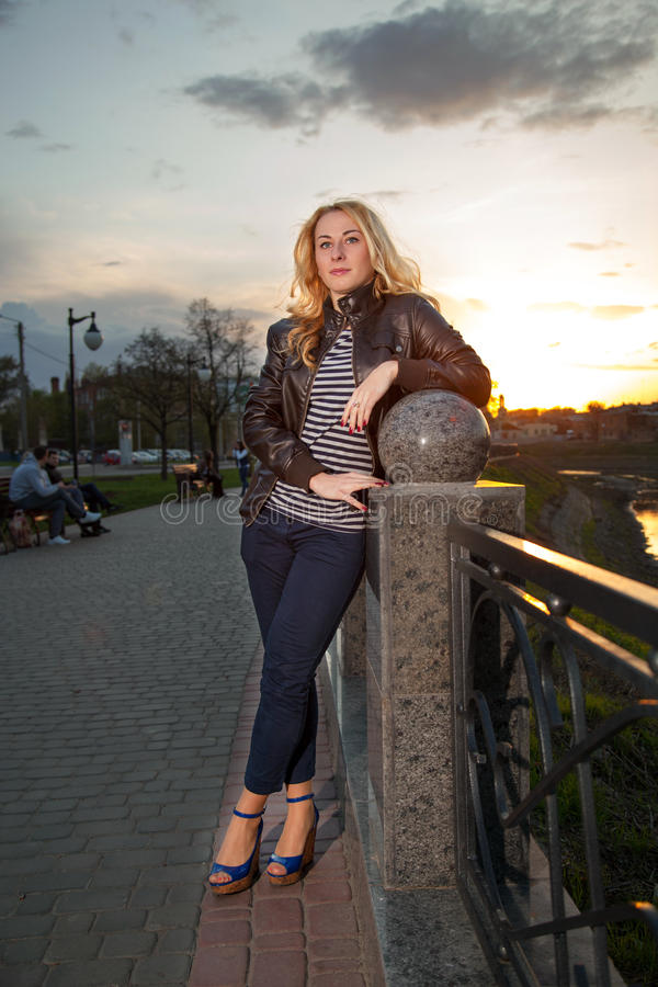 Ritratto di bella ragazza nella sosta della città fotografie stock