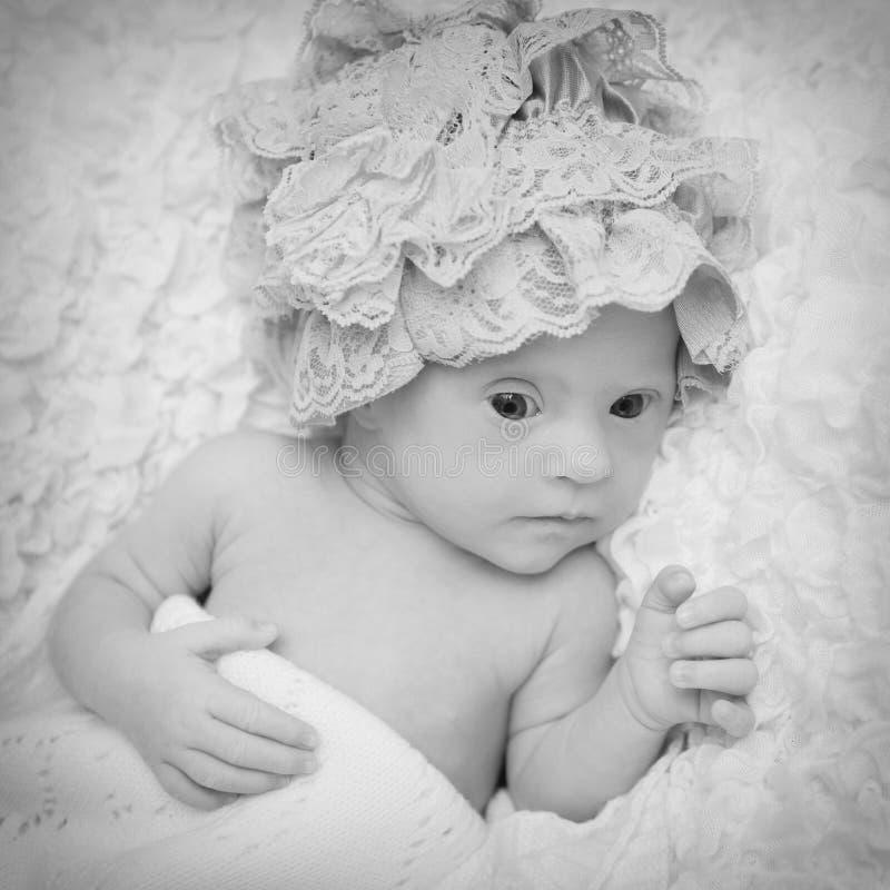 Ritratto di bella ragazza neonata con sindrome di Down fotografia stock