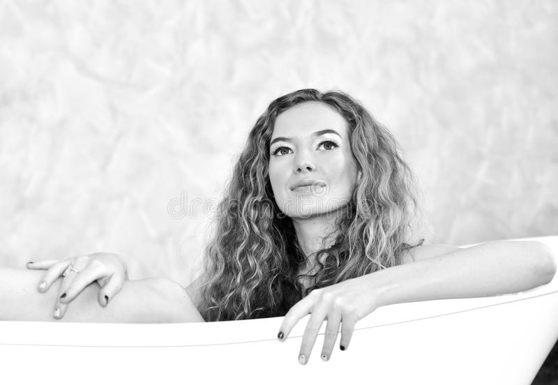 Ritratto di bella ragazza in pigiami bianchi fotografia stock libera da diritti