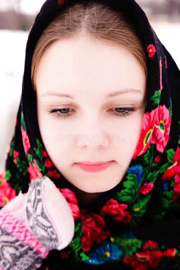 Ritratto di bella ragazza russa in uno scialle immagine stock