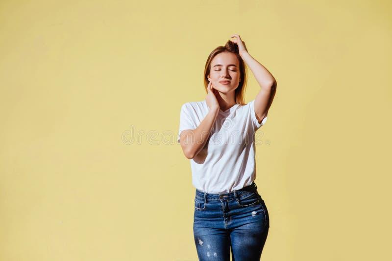 Ritratto di bella ragazza sorridente contro di fondo giallo fotografia stock libera da diritti