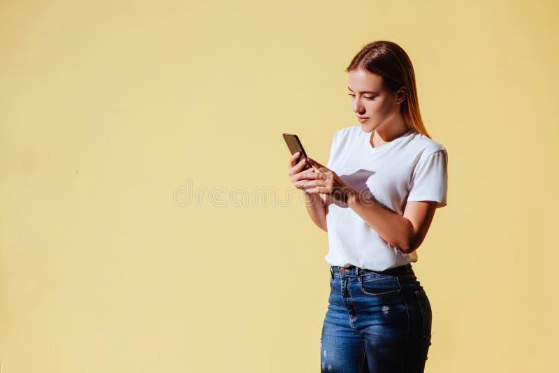 Ritratto di bella ragazza sorridente contro di fondo giallo immagini stock libere da diritti