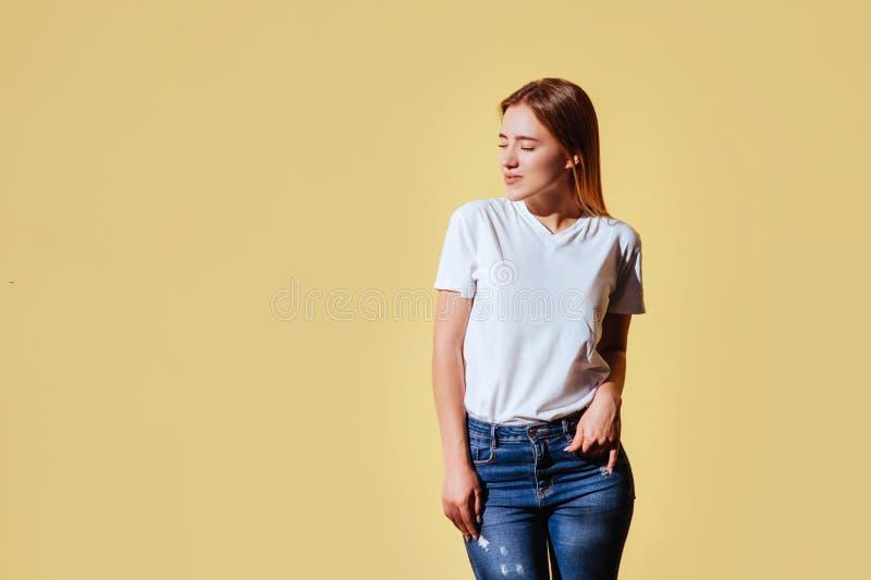 Ritratto di bella ragazza sorridente contro di fondo giallo immagini stock
