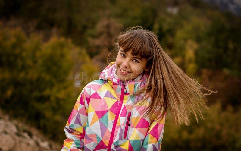 Ritratto di bella ragazza spensierata che gioca con il suo hai immagini stock libere da diritti