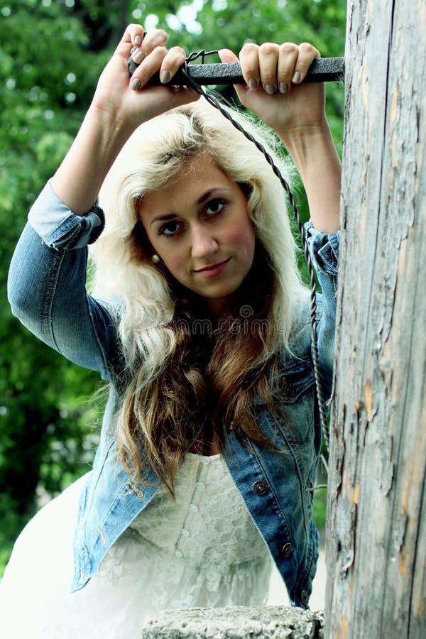 Ritratto di bella ragazza su un fondo della città fotografia stock libera da diritti